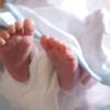 オムツをはいた新生児の写真。