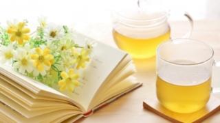 本と花と紅茶の写真
