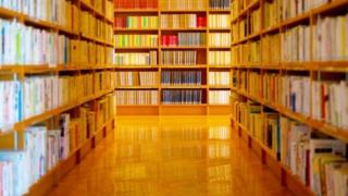 図書館の本棚の写真。